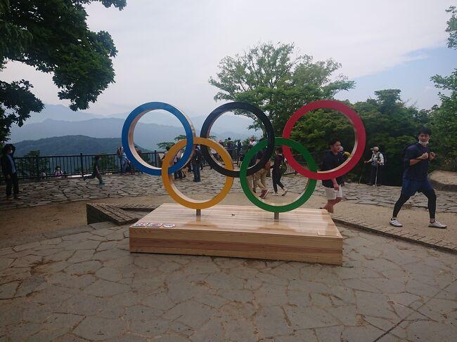 東京オリンピックが始まりました。<br />新型コロナのこともあって始まる前は賛否両論色々あったし、開催することに関しては色んな意見があるとは思います。<br />でも、もう夏のオリンピックが東京でやることはたぶん近い将来にはないし、始まったらやっぱり選手を応援したいし、感染を回避しながら楽しみたい!<br />ということで、それぞれの楽しみ方をしているとは思います。<br />バドミントン男子準決勝のチケットが当たっていましたが、無観客となり・・・(これは個人的な意見としては当然かなとは思いました)。<br />と、いうわけで東京オリンピックを独自に楽しむために、東京周辺にあるオリンピックモニュメントを見て回りました。<br />あといつものようにグルメがあります(これも楽しみのひとつですから(笑))。<br />感染対策をしっかりと行って、短い時間でさっくりと帰るように心がけてのおでかけです。<br /><br />これは第1弾となる高尾山編です。
