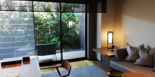 息子が臨海学校に行く間、夫とどこかに泊まろうと計画。<br />マリオットのポイントが使えるところでどこかないかなと検討してザミツイキョウトに宿泊することにしました。<br />50000ポイントで泊まれたのはかなりお得な素敵なホテルでした。<br />1泊目は京都駅前のザサウザンドキョウトへ、<br />2泊目はザミツイキョウトに泊まりました。<br />ザ〇〇キョウト、つながりーーー!<br /><br />4トラベラーのたらよろさんに京都の美味しいお店も教えてもらい、グルメとホテルを満喫した旅になりました♪<br /><br />スマホの容量がすぐにいっぱいになるので、スマホの写真の設定を下げたら、写真が縦長や横長になってしまいました。<br />旅行記を意識して写真を撮りすぎてしまうのです。<br />旅行記をアップしたら写真を減らしています。