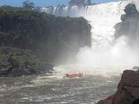 アルゼンチン側イグアスの滝、滝真下に突入するスピ-ドボートは迫力満点