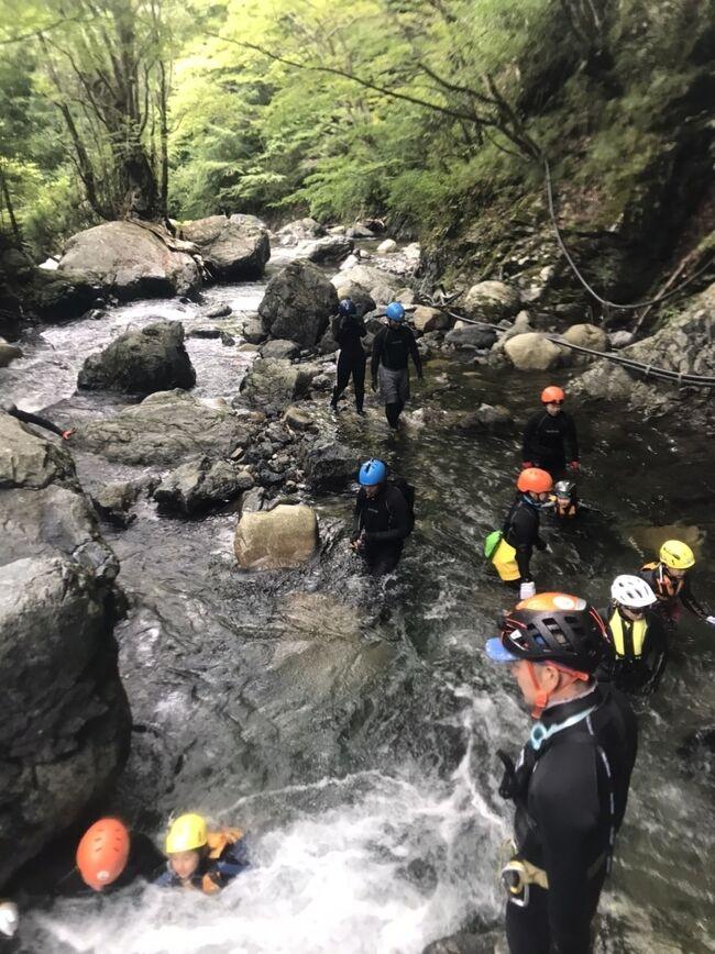 今年はあっというまに夏から秋へ。去りゆく夏を追いかけて、大津市の山間部、明王谷でのシャワークライミングに参加。最後の夏の川遊びです!