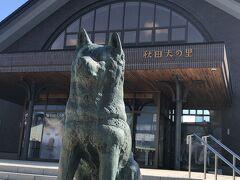 秋田犬の像