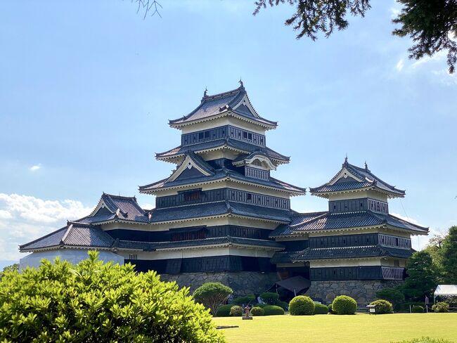 鎌倉&amp;横浜旅行記と順序が逆転してしまいましたが9月15日に美味しい信州そばと山賊焼きを頂きに日帰りで松本へ行って来ました(^^;<br />7月の後半にお出掛けしてからデルタ株が怖くて遠出を控えていましたが、この日は相方と一緒のお休みで、平日だし混んでいないだろうし日帰りで久しぶりに何処かへ行こうかと。。<br />ならば美味しい蕎麦が食べたいねって事でお酒も飲める所は長野県!!<br />えきねっとの日帰りツアーで検索したら8,600円で松本へ行けるのでポチっと。。<br />ところが。。有名ななわて通りのお店は殆ど水曜休業日で旧開智学校は休館(-_-;)<br />なのでお蕎麦を頂いて四柱神社でお参りして松本城を見て街ブラした薄い旅行記なのでサラッと流して見て頂ければと思います。<br />