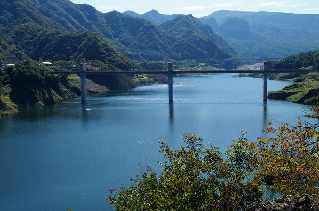 2019年11月2日に八ッ場ダムを取材してから約2年経過するが、ダム湖の名前も「八ッ場あがつま湖」と決まり、全ての工事も終わったようなので、どんな様子なのか見たくなり、2021年9月20日に再訪する。なお、前回と同様に北軽井沢往復では面白くないので、行きは湯ノ丸高原経由とした。<br /><br />表紙の写真は「八ッ場見放台」から眺めた「八ッ場あがつま湖」、青空を水面に映して見事な「八ッ場グリーン」が見られた。<br /><br />なお、八ッ場ダム建設のいきさつについては前回の旅行記に詳しく載せましたので、今回はあえて記述しません。興味のある方は下記URLをクリック願います。<br /><br />https://4travel.jp/travelogue/11562055
