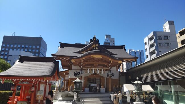日本橋は現代と江戸の風情が合いまった魅力的な街である。<br />この日は三越前駅で待ち合わせ。<br /><br />駅から階段を昇って地上に出るとすぐ横のビルにある寿司屋に向かう。<br />日本橋を代表する名店。<br /><br />日本橋「鰤門」<br />中々予約が取れない人気店だが、この日は運よく予約ができ、店に入ると半個室のような席に案内された。<br /><br /><br />アルコールが飲めないのでノンアルビールを飲みながらランチコース。<br />寿司も肴も美味しく店の雰囲気も素晴らしい。<br />品数も多く大満足なランチデート。<br /><br />店を出て人形町まで歩く。<br />休日の日本橋は人通りも少なく、空虚な感じが何となくのんびりしていて良い。<br /><br />人形町に入ると人通りも多くなる。<br />暑いし結構歩いたから疲れたので、お茶を飲んで休もう。<br />少し探すと、いかにも昔ながらの喫茶店を発見。<br /><br />人形町「高久」<br />店内も外観通りに昔ながらの喫茶店。<br />ゆっくり冷たいアイスコーヒーを飲んでくつろぐ。<br /><br />少し休んでから水天宮を参拝する。<br />ここから地下鉄に乗って表参道へ。<br /><br />表参道から渋谷方面を散歩する。<br />夕方近くなってきたので、またお茶を飲んで休もう。<br /><br />オシャレな路地に良さそうな店をみつけた。<br />表参道「crisscross 」<br /><br />テラス席で少し暑いが雰囲気は良い。<br />アルコールが提供休止中なので、ノンアルのワインを楽しむ。<br />青山らしい雰囲気の良いテラスで、ゆっくり会話を楽しみながらワインを飲む。<br /><br />充実した午後だ。<br />寿司の名店と昔ながらの喫茶店とオシャレなカフェ。<br />どの店も大いに満足できる。<br /><br />日本橋から青山へ。<br />快適なデートになった。