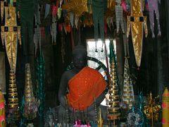15:30 バンテアイ クディ  はじめの観光はバンテアイ・クデイへ来ました。 最初の建物の中にはこのような仏像がありました。