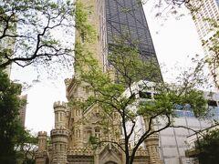 【ウォーター・タワー】  ジョン・ハンコックセンターに向かうためにミシガンアベニューを歩いているとウォーター・タワーの前を通過します。 シカゴの大火でも残ったという歴史的な建造物らしいです。