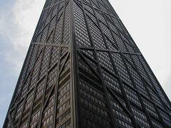 【さすがに高い!】  ウォーター・タワーのすぐ向かい側にはジョン・ハンコックセンターがあります。 真下に立って見上げるとこんな感じになります。