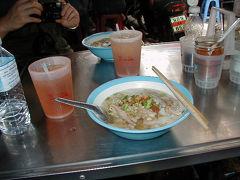 ナコンカーセム(泥棒市場)の路地裏の屋台で食事をしました。 何を頼んだのかよくわかりませんが、結構おいしかったです^^;(なんかベトナムのフォーに似ていたような気がします) でもちょっと水と衛生さには警戒してしまいました。