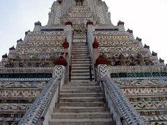 暁の寺(ワット・アルン)に到着しました。 以前(5年位前)はこの塔に登れたのですが、今は登れなくなっています。