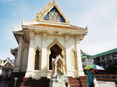 ワット・トライミット   一つ目の観光ポイント、ワット・トライミット(Wat Trimitr)の本堂です。 それほど大きくありませんが、この中には巨大な黄金仏があります。