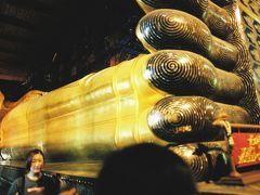 ワット・ポー(涅槃寺)   ワット・ポー(Wat Po)では全長49m、高さ12mの大釈迦像が横たわっています。 1996年にここを訪れてから5年、今は内部を改装中で鉄骨が組んであり全景を見渡すのは困難でした。