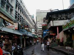 バンコクの夜ということでバッポン通りもちょっと覗いてみたかったのですが、ちょっとまだ早いらしく準備をしている店が多かったです。