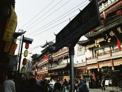 【豫園商場】  昼食後は上海で有名な庭園、豫園に向かいます。 バスを降りて豫園商場(仲見世)を歩きます。