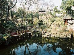 【豫園】  団体入場で豫園に入ってみました。 豫園の中にはたくさんの池がります。 ここは豫園の中にある仙山堂という所から見た池です。