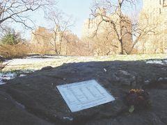 【ストロベリー フィールズ】  ベゼタ噴水から西に歩くとストロベリー フィールズ(Strawberry Fields)という丘があります。 丘とは言ってもほとんど平坦なので気にしなければ通過してしまうかも。  Strawberry Fields , Central Park, New York City, New York