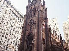 【トリニティ教会】  ワールド トレード センター(World Trade Center)から徒歩5分くらいのところにあるトリニティ教会(Trinity Church)です。 ビルに囲まれた中に風格のある古い教会があります。  Holy Trinity R C Church, New York City, New York