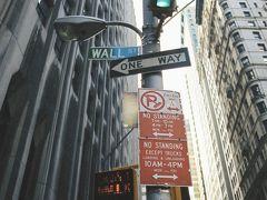 【ウォール街】  トリニティ教会(Trinity Church)のすぐ近くには、あのニューヨーク証券取引所(New York Stock Exchange)があるので有名なウォール街があります。 街とは言っても言わずと知れたウォール ストリート(Wall St.)です。  Wall Street, New York City, New York