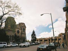 【サンタ フェ到着】  タオス(Taos)からNM-68(Santa Fe Rd.)を走って約60マイル進むとエスパニョーラ(Espanola)という街に出ます。 完全にスペイン語ですね、アルファベットもスペイン語になっていました。 エスパニョーラからUS-285,Southを約30マイル走ると今日最初の目的地である、ニューメキシコ州の州都サンタ フェ(Santa Fe)に到着しました。  Down Town, Santa Fe, New Mexico