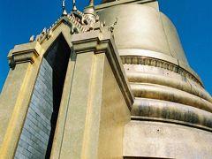 ワット プラケオ、別名エメラルド寺院 ひときわ目を引く金色の建物です。 タイでは金色で作られたものをよく見かけます。