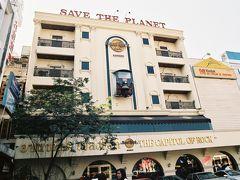 ここからはフリープランです。 バンコクの繁華街、サイアムスクエアにあるハードロックカフェです。 壁にはトゥクトゥクが刺さっています。