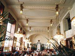 表紙はアールヌーヴォー様式の市民会館。1階にカフェ・オベツニー・ゥームがある。ピアノの演奏もあり、おいしいコーヒーの飲みながら、くつろげる。