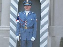 プラハ城の衛兵。観光客が近づくので業務を妨げられて、かわいそうです。服装はイマイチですね。バチカンのミケランジェロのデザインとは雲泥の差です。