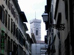 Via Ricasoliを南に行くとジョットの鐘楼が見えてきます。