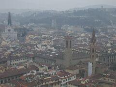 左奥がサンタ・クローチェ教会。右手前がヴェッキオ宮とウフィッツィ・ギャラリー。