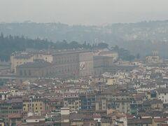 ピッティ宮が見えます。大きな建物ですね。