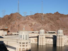 Hoover Dam  ダムに入る前にセキュリティーチェックがあるが、一旦停止するだけでIDの提示は求められなかった。