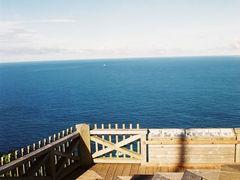 朝の三日月山展望台 (ウェザーステーション)。  広がる青い空と海。 気持ちが良すぎて、しばらく寝転がっていた。