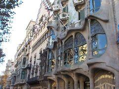 グラシア通りにあるカサ・バトリョとカサ・アマトリェ。カサ・バトリョはガウディによってデザインされた建物で、カサ・アマトリェはガウディのライバル、プッチ・イ・カダファックによってデザインされました。