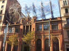 この建物はグラシア通りにありませんが、カサ・バトリョの隣の角から見えます。グラシア通りのすぐそばです! これはタペアス(タピエス)美術館です。