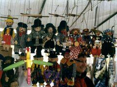 99年3月 チェコのキャラクターといえばアニメにもなっているクルテクとその仲間達のヌイグルミとこのマリオネット。チェコ軍は1620年にプラハ北西でハプスブルク軍と戦いに敗れ(白山の戦い)、以後オーストリアの支配下となります。その後チェコではチェコ文化やチェコ語は否定されてしまいますが、このマリオネットの人形劇はチェコ語や文化を伝承した重要な役割を果たし、19世紀のチェコ語や文化の復権に繋げました。人形劇では当時の政治を暗に批判をしたりするなどしていました。現在人形劇はヨーロッパでは廃れてしまいましたが、ここチェコでは大学に人形劇の学部があるほど、盛んで、人形劇場に多くの観客が訪れるほどの人気を博しています。