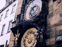 2000年12月 広島の皆さん、これどっかで見た記憶あるでしょ??クレドに同じような形の天文時計があるんよ。一度みてみんちゃい!因みに産業奨励館(原爆ドーム)もチェコ人の建築家が作ったんよ。  毎時ピッタリになると鐘がなり、12人の使徒がゆっくり歩み出てきます。時間が近づくと、からくり人形をみようと、このよ うに大勢の観光客が集まってきます。
