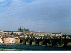 99年3月 プラハを二手に分けるヴルタヴァ川。ボヘミアの母なる川はモルダウの川としてスメタナの交響詩「わが祖国」のコンセプトになっている事は余りに有名です。プラハの旧市街歴史地区は世界遺産となっています。