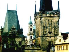 2000年12月 とても650年前の橋とは思えません。橋の両端には僑塔が作られています。写真の橋塔はプラハ城側のマラー・ストラナ橋塔。元々橋塔は橋の守備の為に作られたといわれています。