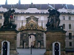 1999年3月 プラハ城はこの地に9世紀に作られたのが起源。その後ボヘミア王国の王カレル4世によりプラハ城は現在の姿に改築されました。カレルは1346年に神聖ローマ帝国の皇帝に選ばれ、プラハは黄金期を迎えます。プラハ城は1918年ハプスブルク帝国(オーストリア・ハンガリー帝国)から独立以降大統領官邸としても利用されています。鑑定には入れませんが、プラハ城は入場できます。写真はプラハ城の入口。直立不動の衛兵達が固めています。