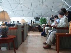 香港のJALのラウンジ、桜ラウンジ。確かに開放的な広さはあるのですが、利用者が多く、ラウンジの座席はむしろ窮屈感がありました。座る座席がないのではないかと思うほどあふれかえっていた(偶々お盆と重なっていたというのもあるが)。エミレーツやマレーシア航空のラウンジのように寛ぐと言うよりもむしろ軽食を食べに来たと言う感じです(関空のラウンジ金剛を髣髴させます)。 幸いラウンジには巻寿司やおにぎりも用意されているので、日本人には嬉しい。しかし、ラウンジはかなり改善の余地あり。せっかくビジネスクラスに乗っても快適に且つ落ち着けるような雰囲気ではありませんでした。