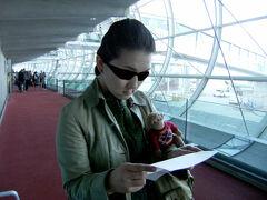 シャルルドゴール空港に到着しました!  お迎えの乗り合いシャトルの運転手さんに英語で電話しなくちゃならないんだって。 おさる1号はちょっと緊張だよ。