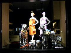 """それから、サンジェルマンデプレ界隈は、お洒落なファッションブランドのお店なんかも沢山。  ここは、ソニアリキエルのお店。 ショーウインドーに""""HOT DOGS""""って書いてあるね。"""
