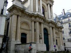 お腹もいっぱいになった所で、さぁ散策開始! まずは、サントノレ通りから。  こちらはサンロック教会です。