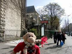 サンジェルマン・デ・プレのメトロの入り口。  今日はこれから<ヴェルサイユ宮殿>まで行ってきます!