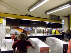 ここで、郊外列車RERに乗り換えです。  <ヴェルサイユ>は持っているパスの範囲外だから、長~い列に並びました。