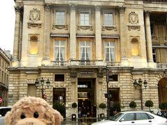 お、ここが有名な<オテル・クリヨン>?  確か、ソニア・リキエルや、アンドレ・プットマンがプロデュースしたお部屋も有るんでしょ?