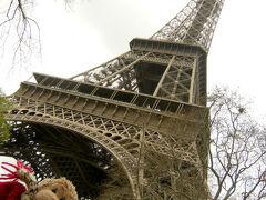 エッフェル塔にやってきました!  これから展望台に上がります。