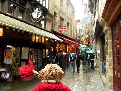 """モン・サン・ミッシェルのメイン通り、""""グラン・リュ""""です。  大通りって名前の細〜い道の両脇には、お土産屋さんやホテルやレストランがひしめき合っています。"""