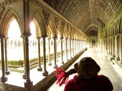 列柱廊<ラ・メルベイユ>です。  修道士達が瞑想をしながら歩く回廊の、 ゴシック様式の列柱は、 少しずらして視覚効果を生み出しているそうです。