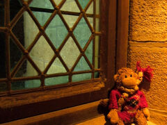 食堂から次の部屋へ行く途中にも、 綺麗なステンドグラスの窓がありました。
