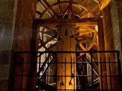 この大車輪は、人力の貨物昇降機。  19世紀には中に囚人が入って回転させていたそうです。